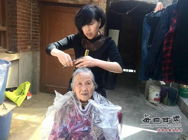 昨日,伏龙坪街道杨家沟社区开展了关爱老年人,为老人义务理发的献爱心活动。   一大早,社区工作人员和志愿者便来到家住伏龙坪望垣坪74号的空巢老人范秀英家里,老人今年80岁了,一大早老人就洗好头等着志愿者来。志愿者边剪边和老人们唠嗑,有说有笑,不一会儿,范秀英的一头银发就剪成了利索的小短发。期间氛围非常融洽,老人感叹头发剪了,和你们聊聊天心情也很好,一上午的时光一眨眼就过去了。   志愿者张红梅说,给独居老人理发,也是件很荣幸的事情,以后只要有需求,她还会定期来给他们剪。