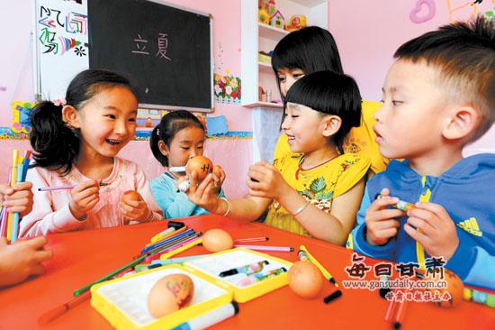 图片新闻:兰州晶晶幼儿园的小朋友开展了绘彩蛋主题