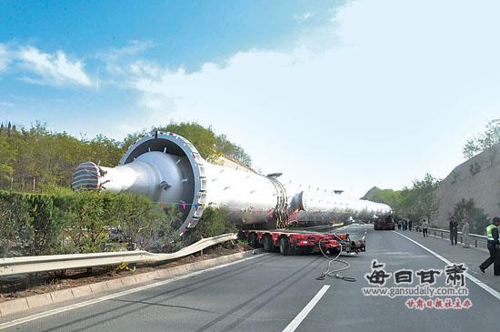 高速公路/京藏高速:30米罐体截断车流交通中断2小时...
