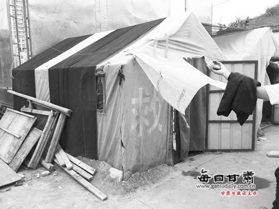 兰州:两顶救灾帐篷搭建在小沟坪工地