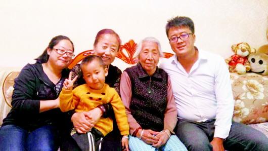 图为相亲相爱的一家人.本报记者李琴琴摄