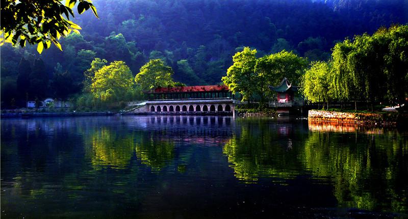 历史名人隐士文化为辅的风景名胜区,距贵阳市中心24公里,距花溪13公里