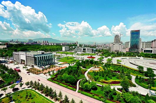 7月19日拍摄的平凉绿地公园.本报记者杨昕摄