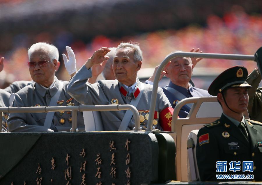 抗战老同志乘车方队:国共两党抗战老兵共同参阅