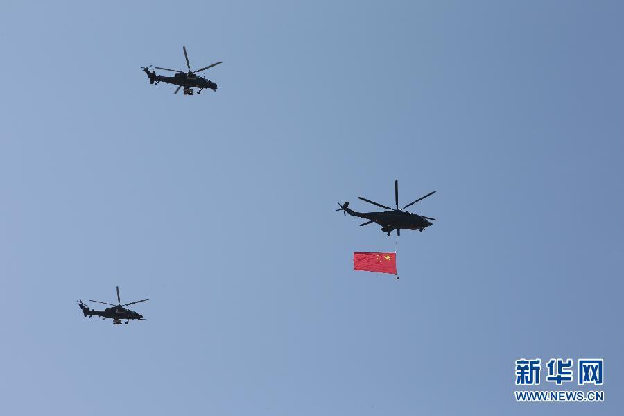 空中护旗方队率先飞过天安门上空