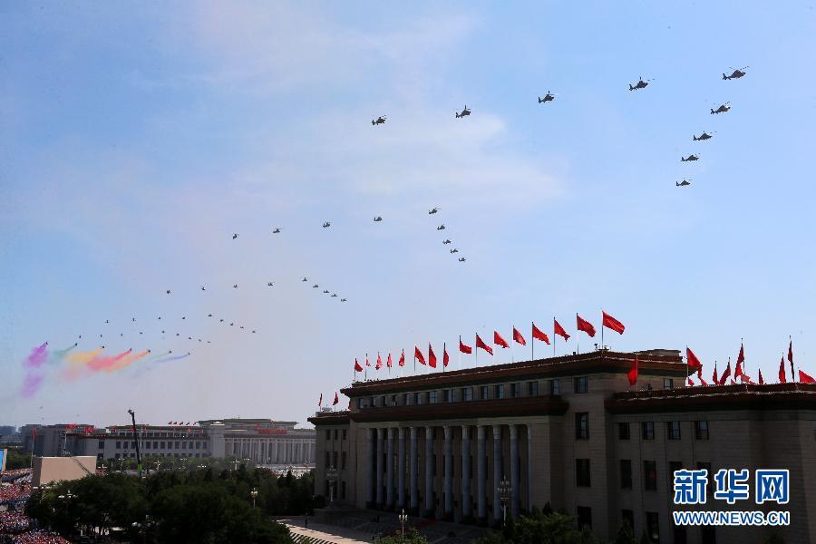 70架直升机大机群密集编队飞过天安门上空