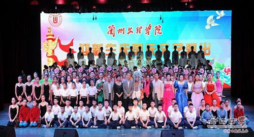 """晚会现场 9月29日,兰州文理学院""""迎新生庆国庆""""文艺演出在南校区实验剧场隆重举行。校领导史百战、汪建华、普登学与师生代表近500人观看了演出。 整场演出内容丰富,形式多样。优美典雅的舞蹈《茉莉花》,极具民族特色的二胡齐奏《太极琴侠》、藏族舞《格来尼玛》,轻快愉悦的男女声重唱《节日欢歌》等节目轮番登场,风格各异,精彩纷呈。"""