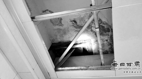"""10月26日,市民沈女士向本报热线96555反映,省人民医院住宅楼小区东岗西路164号19号楼一楼,半年来家中卫生间房顶一直在漏水。他们和物业多次找到楼上邻居希望其维修,邻居也曾答应维修,但至今无果。目前,她只能每天用脸盆接污水,十分苦恼。   记者来到沈女士家看到,从卫生间房顶渗出的水将房顶白色涂料泡掉,露出混凝土本色,有的地方仍挂着水珠。一只塑料盆正对着渗水的地方接水。""""这半盆水就是从房顶上渗楼下来的污水。""""沈女士说,楼上邻居至今不维修,房顶渗漏出的水还造成她家客厅墙壁鼓包"""