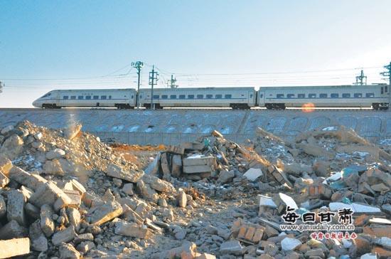 酒泉高铁沿线遭垃圾围堵大煞风景