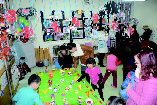 平凉市幼儿园开展迎新年美工作品展