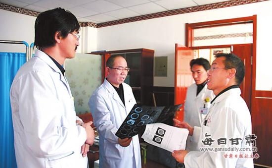 援藏医生与碌曲县医院大夫探讨病人病情
