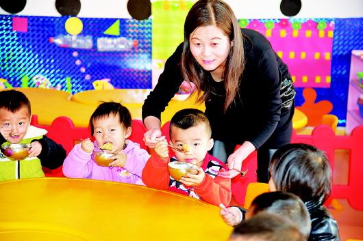 平川区幼儿园教师正在展示才艺
