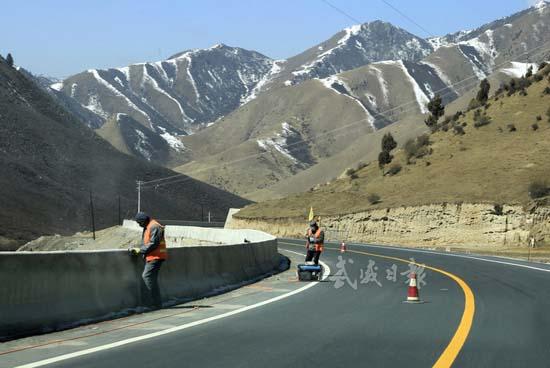 天互公路提前半年建成通车试运行   本报记者姜爱平   天互(天祝至青海互助)公路是我省重点藏区公路改建项目,甘肃、青海的跨省省际通道。该项目于2014年4月开工建设,线路全长72.48公里,按二级公路技术标准建设。目前天互公路已全线贯通,开始试运行,比原计划提前半年建成通车。