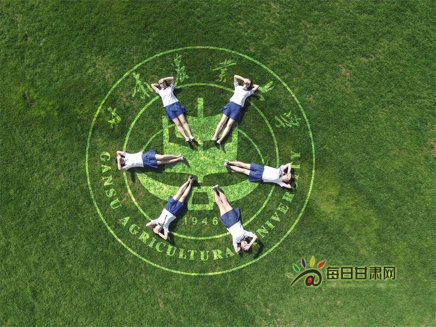 """【毕业季】甘农大毕业生航拍 手绘 同框""""兰州蓝""""(高清"""