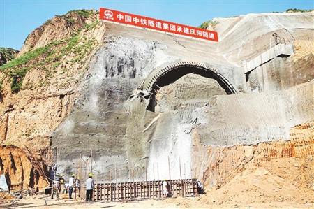 位于葛崾岘乡天子村青龙咀组的庆城隧道出口,已完成洞口边仰坡,导向