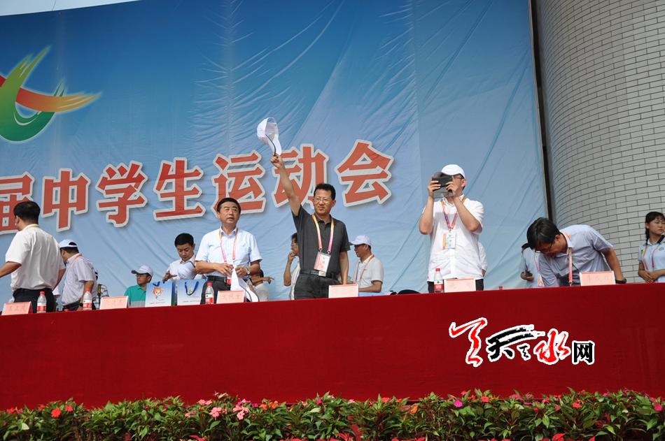 第四届中运会承办市金昌市副市长李剑萍挥帽向演职人员致敬-甘肃省图片