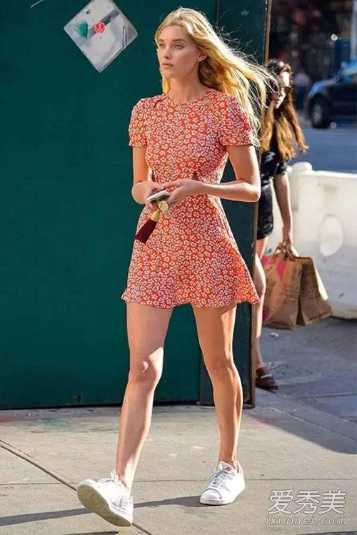 短款的碎花连衣裙配小白鞋,虽然不如长裙那么女神,但是更显少女的