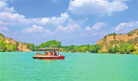 游客在镇原县翟池生态旅游景区划船游玩(8月21日摄).连日来的高清图片