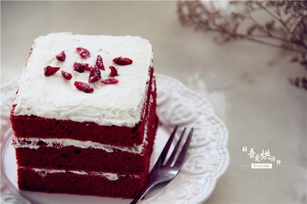 美食 饮食动态 正文    蛋糕切掉四边,然后切成均匀的3片长方形片,再