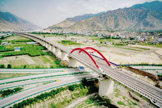兰渝铁路除胡麻岭隧道外已全线铺通