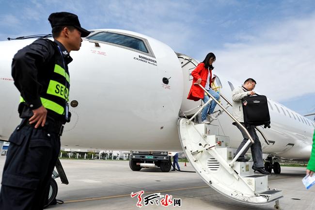 10月8日中午12时30分,乘坐西安飞往天水航班的旅客在天水机场走下飞机