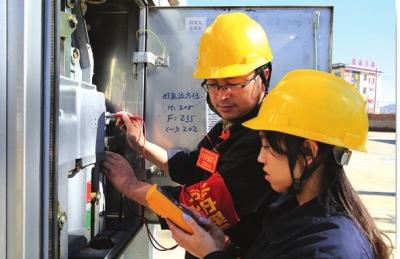 工程人员对基站进行检测电路
