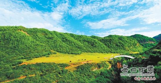 这里是黄土高原上一颗绿色的宝石,群峰含黛,清流潺潺,绮丽的山水令人隐然沉醉。   这里是华夏文明的发祥地之一,广袤的土地守护着远古洪荒里大禹征服山水的英雄足迹,猎猎的山风吟唱着商周之际伯夷叔齐隐逸世外的采薇歌。   这里,就是黄河最大的支流渭河的源头。   这里,就是华夏文明渭河源美丽的渭源。   探源渭水八百里,寻根文明八千年。渭源境内自然生态良好,历史文化底蕴深厚,集山水、人文于一身,是大自然万千恩宠着的灵秀仙境。   渭源山水是一本厚厚的书,气势恢弘,博大精深;是一首长长的歌,流光溢彩