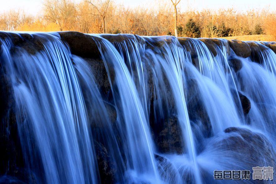 张掖:壮丽的冬日瀑布
