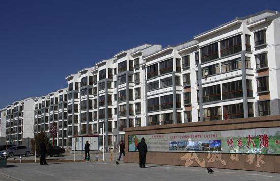1月18日,新建成的民勤县大滩镇大滩社区一瞥。该社区总投资2.24亿元,规划建设框架结构住宅楼27栋、916套,沿街修建商铺76套。一期工程12栋、400套楼房于2016年10月全部完工,社区服务中心建成投入运营,社区幼儿园、便民超市等公共基础设施配套完善。至目前,社区报名登记农户360户,占一期工程的90%,装修、入住328户,占一期工程的82%。本报记者 张文灿 尚禾