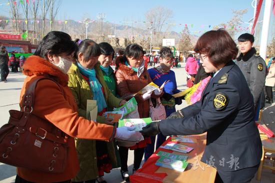 武威凉州区向群众宣传食品药品安全知识