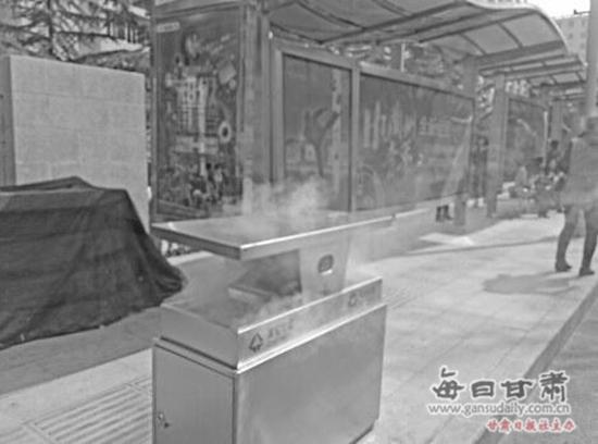 将一个未掐灭的烟头扔进南昌路什字公交车站垃圾桶内