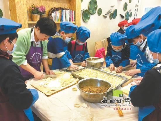 兰州水车园小学学生开展包饺子活动