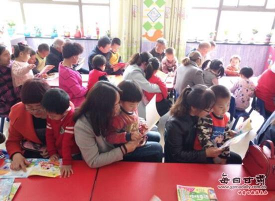 为了营造浓厚的读书氛围,养成幼儿良好的读书习惯,近日,金塔县幼儿园开展了以我读书、我快乐、我成长为主题的亲子阅读活动。   每天下午16时30分,孩子们在亲人的怀抱中,翻开精美的书籍,和家长共读一本书。孩子们有的和家长共同诵读经典,有的细心听家长讲故事、念童谣。家长深情的朗读,不但提高了孩子的倾听能力和语言理解能力,还增进了父母和孩子的情感交流,让孩子从小爱上阅读、爱上书。   活动中,教师还从图书的选择、亲子阅读的方法、良好阅读习惯的培养等方面对家长进行了指导。(王玉花 许艳 闫嘉瑜)