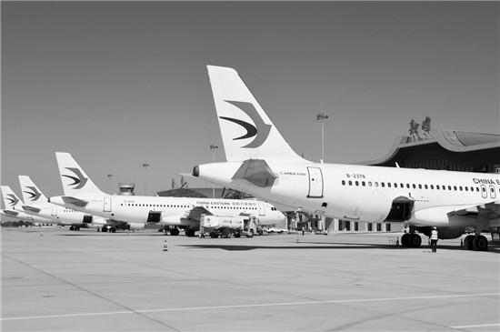 几架飞机停靠在敦煌机场t3航站楼前