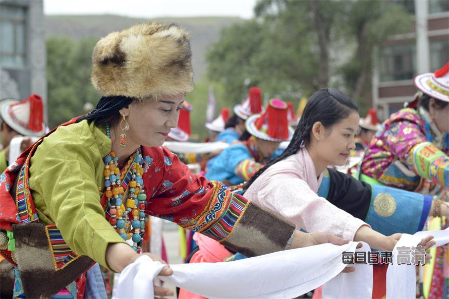 肃南裕固族服饰展现民族文化魅力