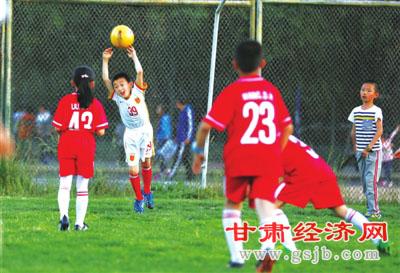 """阳光少年的""""足球梦"""""""