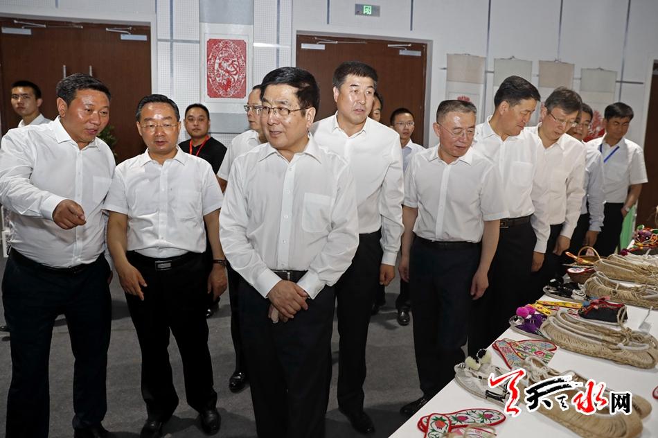 林铎唐仁健参观天水节会名优特新商品展