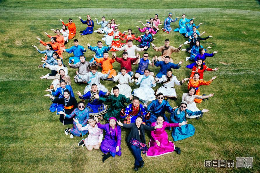 又是一年毕业季,西北民族大学毕业生们穿着民族特色服装拍摄毕业照,为大学生活画上完美句号。
