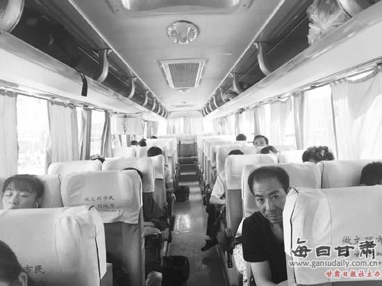 发往秦安的长途客车内乘客寥寥无几.-宝兰高铁效应凸显 沿线市县班高清图片
