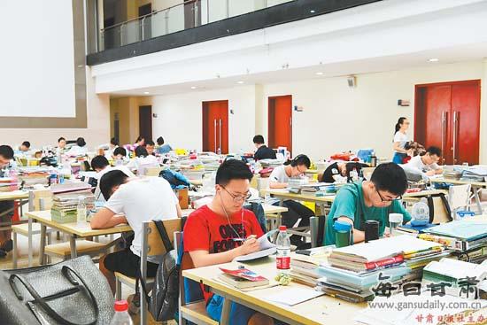 暑假来临 兰州大学校园内仍有学生在认真学习充实自己