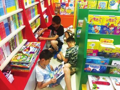 兰州:孩子们进书店边充电边消夏