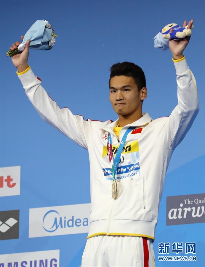 男子100米仰泳:徐嘉余夺冠