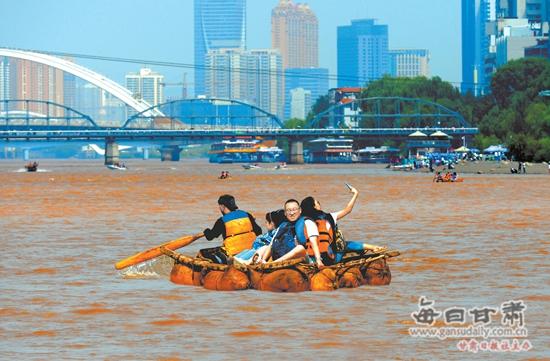 兰州:羊皮筏子生意火爆