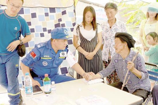 救援队为文县梨坪镇受灾群众诊疗