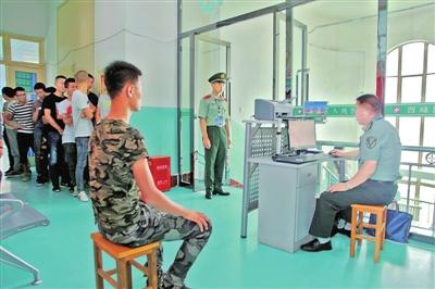 征兵体检工作在西峰区人民医院进行