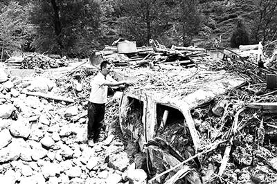 甘肃90后小伙救出18人 自家30万现金被泥石流冲走