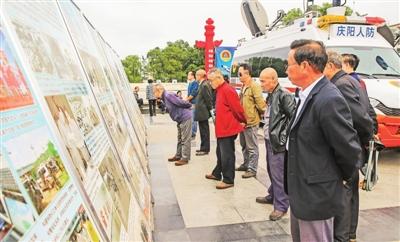 市民观看防空防灾宣传展板