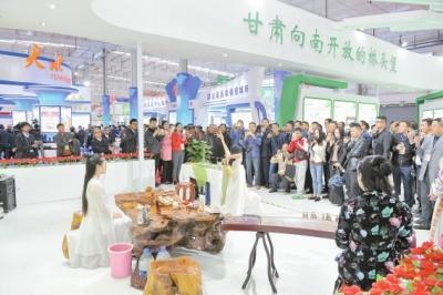 陇南馆的茶艺表演吸引了众多嘉宾参观
