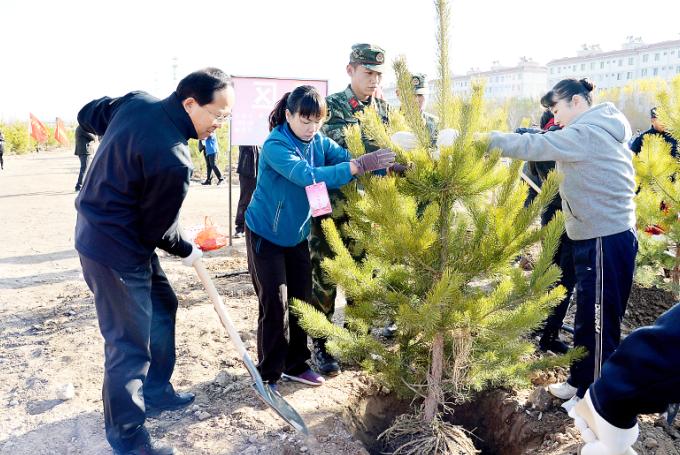 嘉峪关市开展义务植树活动