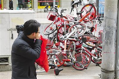 """天冷了 兰州大量共享单车""""冬眠""""街头"""